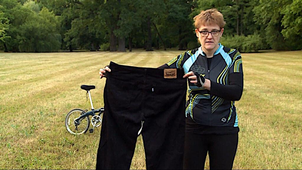 Pani Agata demonstruje spodnie w których chodziła zanim schudła